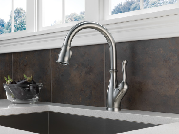Single handle pull down kitchen faucet with shieldspray for Delta leland bathroom faucet repair