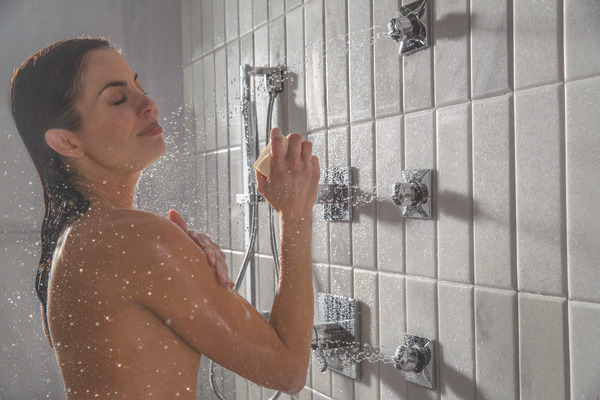 VERO_CUSTOM_SHOWER_T17T053_T11953_57530_T50210_SH5005_MODEL_WATER_WEB.jpg