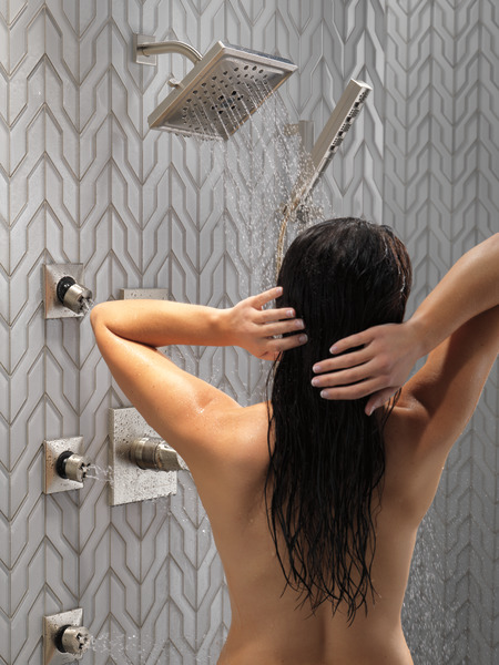 ZURA_CUSTOM_SHOWER_T17274-SS_T11974-SS_51140-SS_50570-SS_T50210-SS_SH5003-SS_MODEL_WATER_04_WEB.jpg